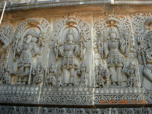 Brahma, Shiva et Vishnou (Trimûrti sur le mur du temple de Halebid à Karnataka ) - [http://fr.wikipedia.org]